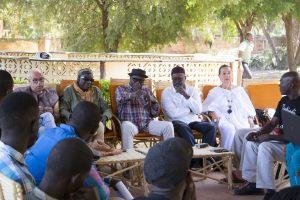 Master class (sculpture) animé par Ky Siriki, artiste Burkinabé accompagné d'autres grands artistes africains avec les jeunes peintres et sculpteurs maliens.